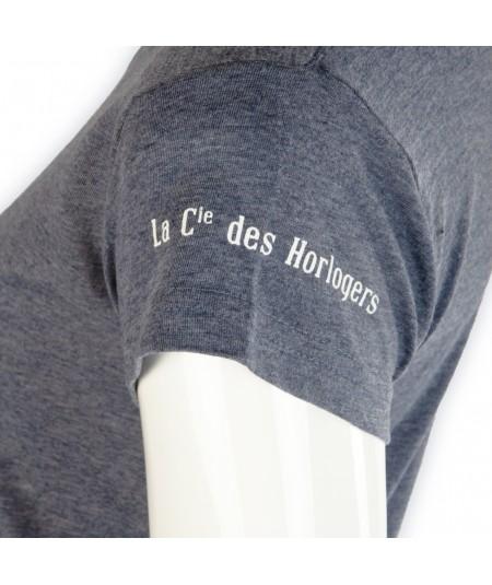 """T-shirt La Cie des Horlogers, Collection PLATINE, gris bleu. Écriture """"La Cie des Horlogers"""" sur la manche."""