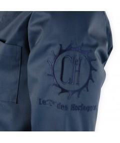 """Blouse d'horloger Paraphe Plus, bleu foncé. Sigle"""" La Cie des Horlogers"""" sur la manche."""