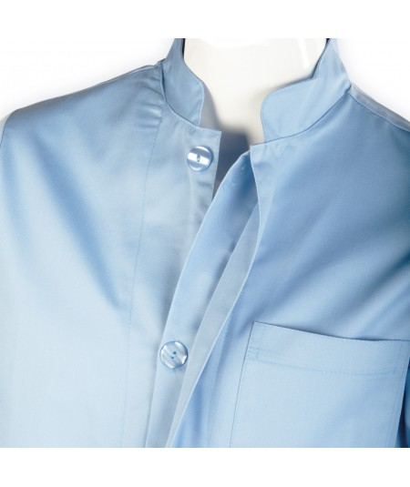 Blouse d'horloger Paraphe Plus, bleu clair. Fermeture à boutons plats et cache boutons.