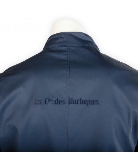 """Blouse d'horloger Paraphe Plus, bleu foncé. Écriture """" La Cie des Horlogers"""" au dos."""